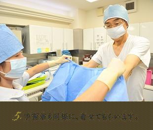 手術着も同様に、着せてもらいます。